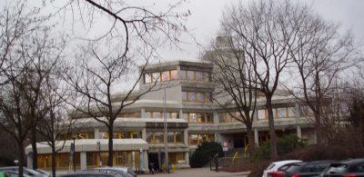 Rathaus vom Parkplatz gesehen