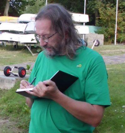Dieter Schwarze mit Notizbuch