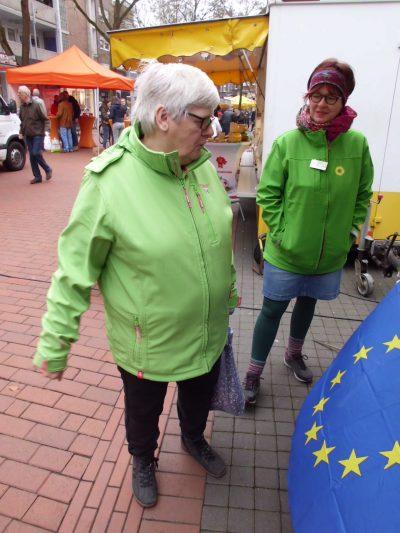 Ortssprecherin Signe informiert auf dem Gronauer Wochenmarkt