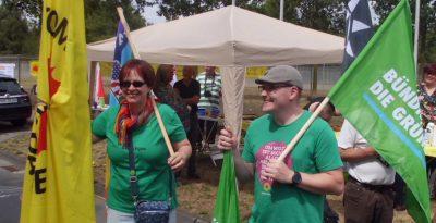 lagge zeigen gegen Atomrüstung - auch das Sprecherteam der Gronauer Bündnis-Grünen bei der Kundgebung