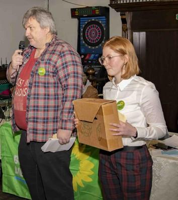 Die Stimmenzähler Volker und Nora bei der Bekanntgabe des Abstimmungsergebnisses.