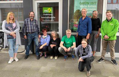Mitglieder vor dem Grünen-Büro